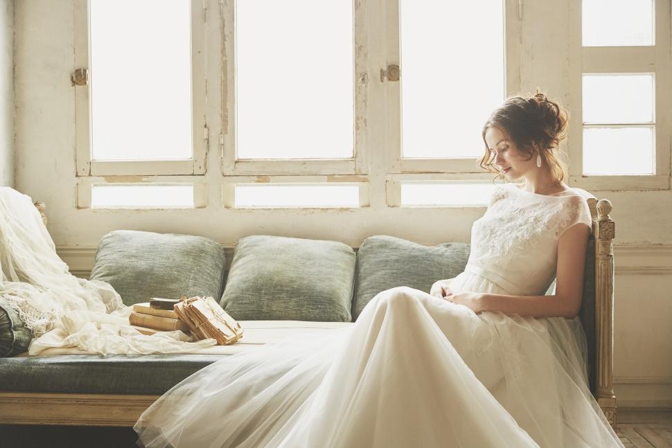 マタニティウェディングドレスを着た妊婦