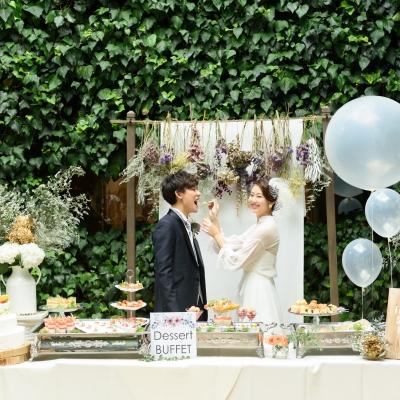 結婚式場ラファエルでファーストバイトをする新郎新婦
