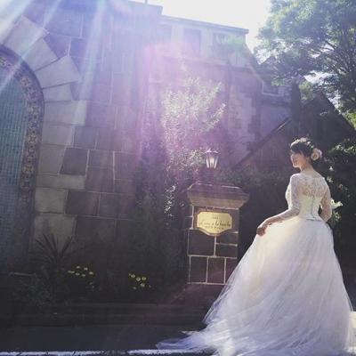 ロアラブッシュの前でロケーションフォトを撮る花嫁