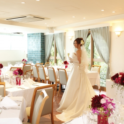 結婚式場プリミバチで写真を撮る花嫁