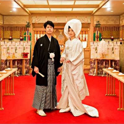 神殿にいる和装を着た新郎新婦