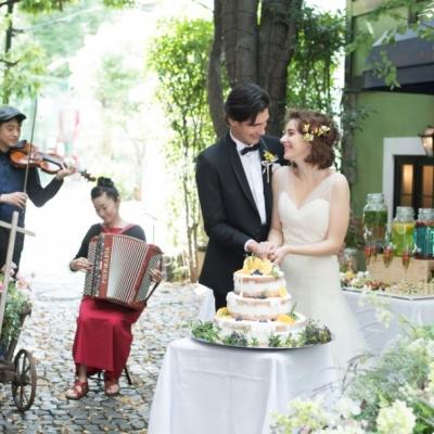 結婚式場ボンボンボンラフェメゾンの中庭でプレパーティー