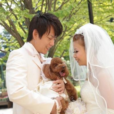 犬と一緒に結婚式を挙げる新郎新婦
