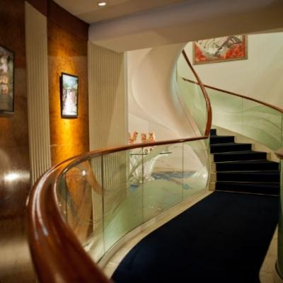 キューイーディークラブのフォトスポットになるらせん階段