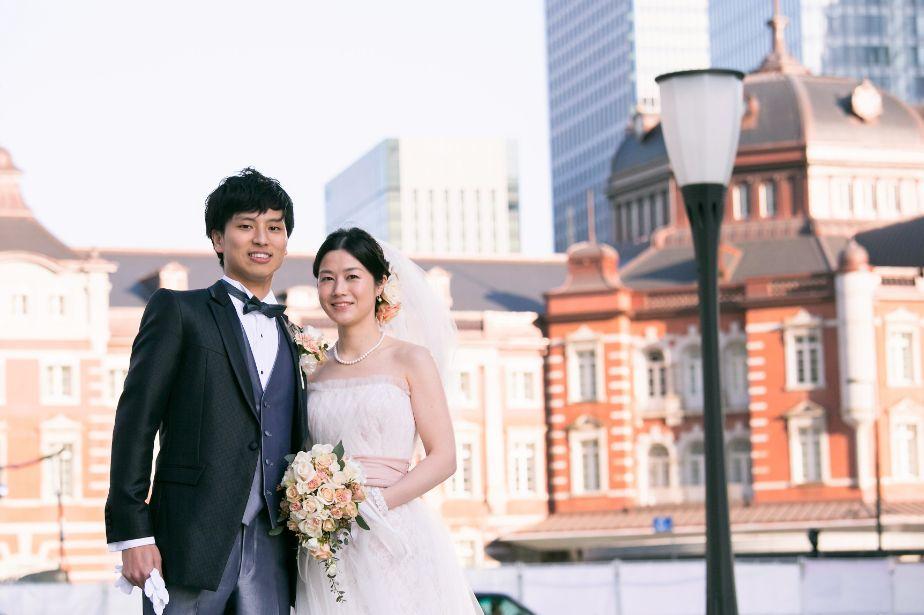 東京駅前でロケーションフォトを撮る新郎新婦