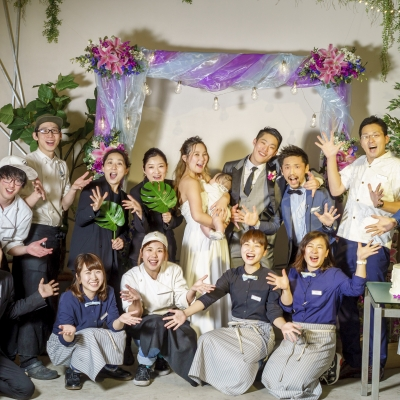 新郎新婦とCAFE&WEDDING 22のスタッフ全員