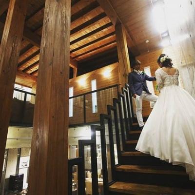 結婚式場フェインの階段でのブライダルフォト