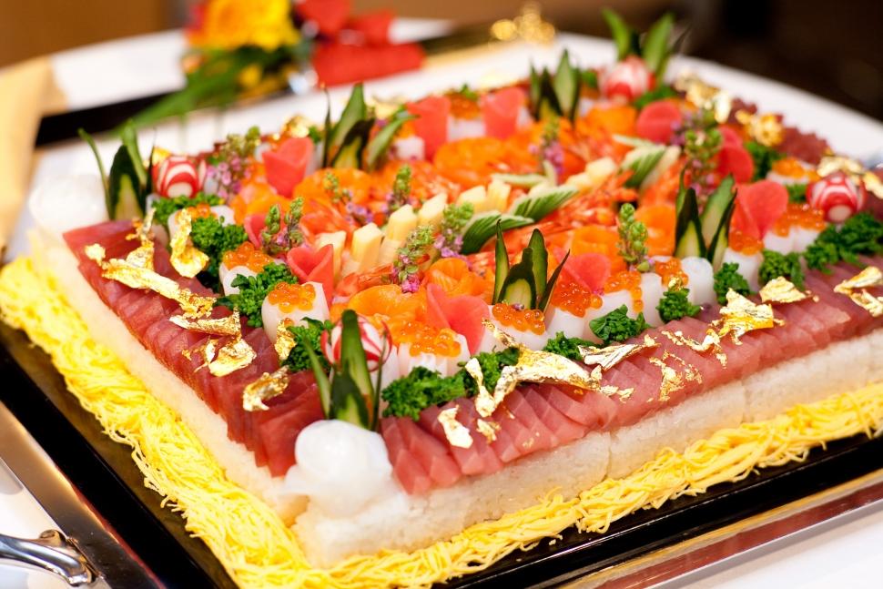 なだ万名物のちらし寿司ケーキ