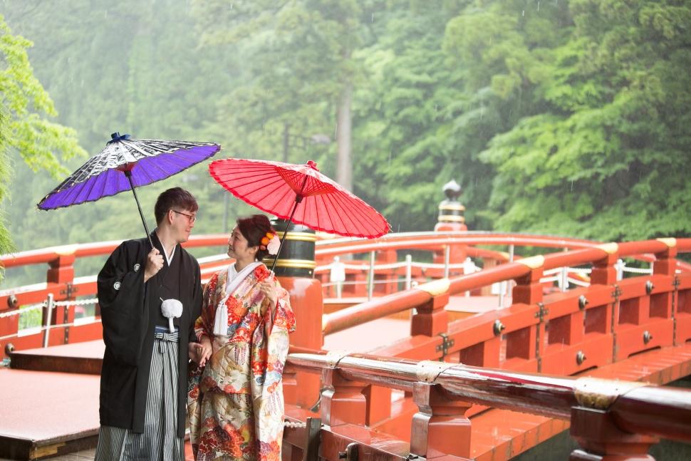 神橋でロケーションフォトを撮る新郎新婦