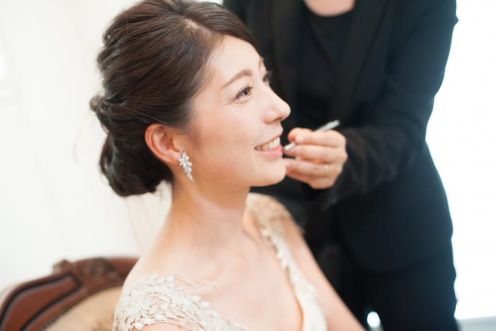 レストランラファエルのブライズルームでヘアメイクをする花嫁