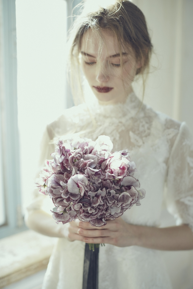 シンプルなブーケを持つ花嫁