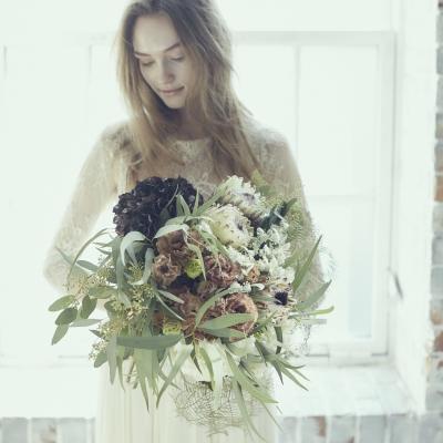 ブーケを持つミニマルスタイルの花嫁