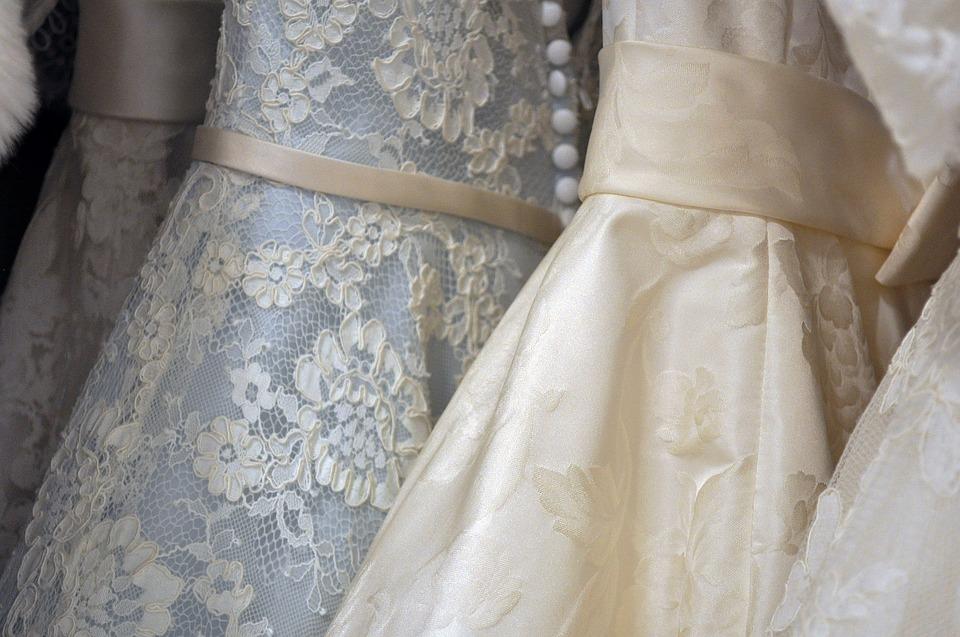 たくさん並んでいるウェディングドレス