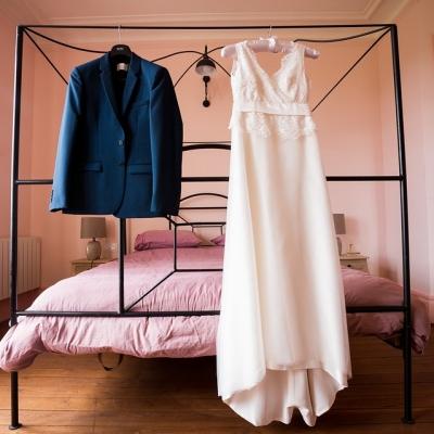 ブライズルームに飾ってあるウェディングドレスとタキシード