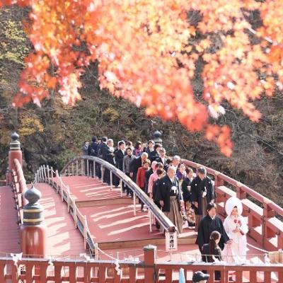 神橋を渡る花嫁行列