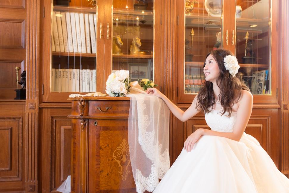 ドレスを着て座っている花嫁