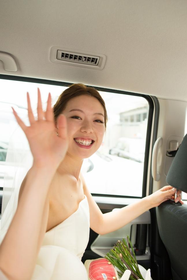 披露宴会場まで車で移動する花嫁