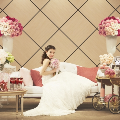 ソファに座る花嫁