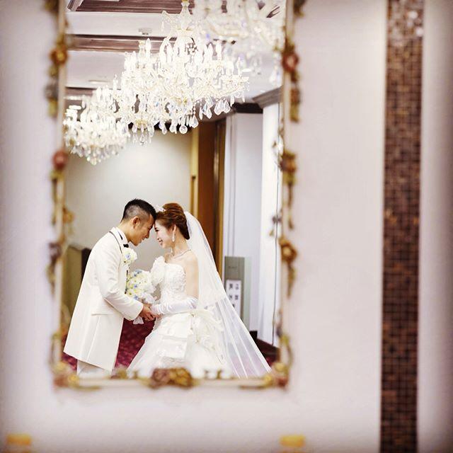 鏡の中で見つめ合う新郎新婦