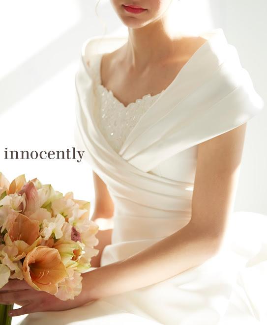 オフショルダーのウェディングドレスを着た花嫁