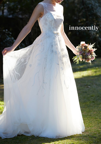 ドレスの裾を広げる花嫁