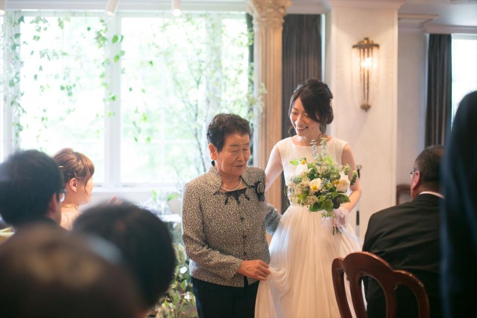 おばあちゃんと一緒に中座する花嫁
