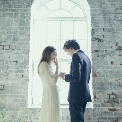 花嫁に指輪を差し出す新郎