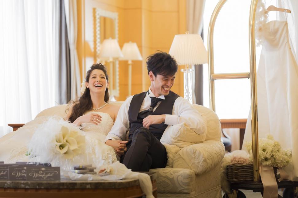 スイートルームで結婚式を行う新郎新婦