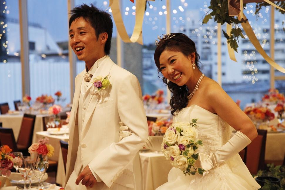 ドロップブーケを持つ花嫁