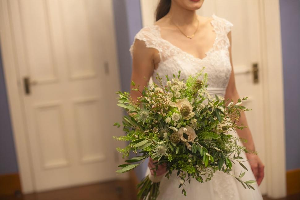 クラッチブーケを持つ花嫁