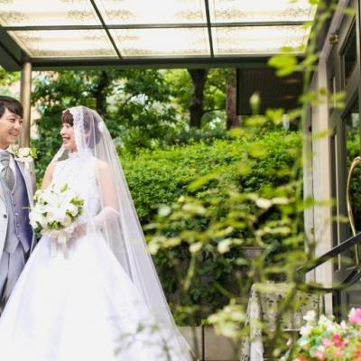 結婚式場のエントランスでウェディングフォト