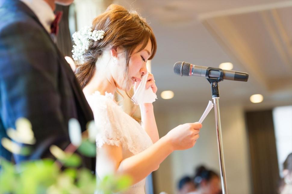 両親への手紙を読む花嫁
