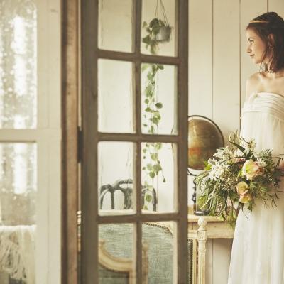 マタニティウェディングドレスを着てブーケを持つ花嫁