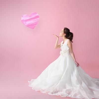 スタジオで写真を撮る花嫁