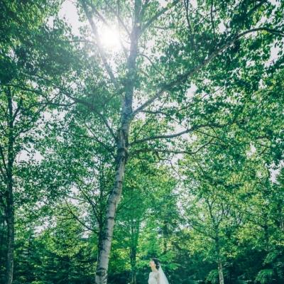 ホテルハーヴェスト旧軽井沢のガーデンにいる花嫁