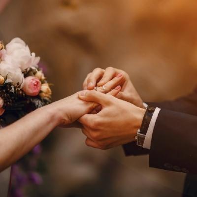 結婚式で指輪の交換をする新郎新婦の写真