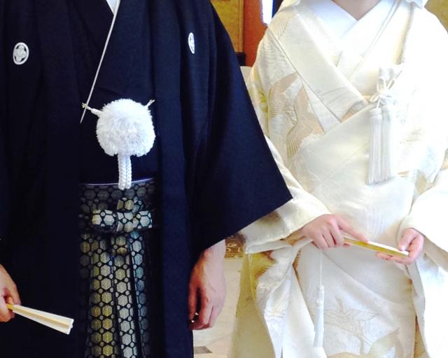 結婚式で和装の婚礼衣裳を着る新郎新婦