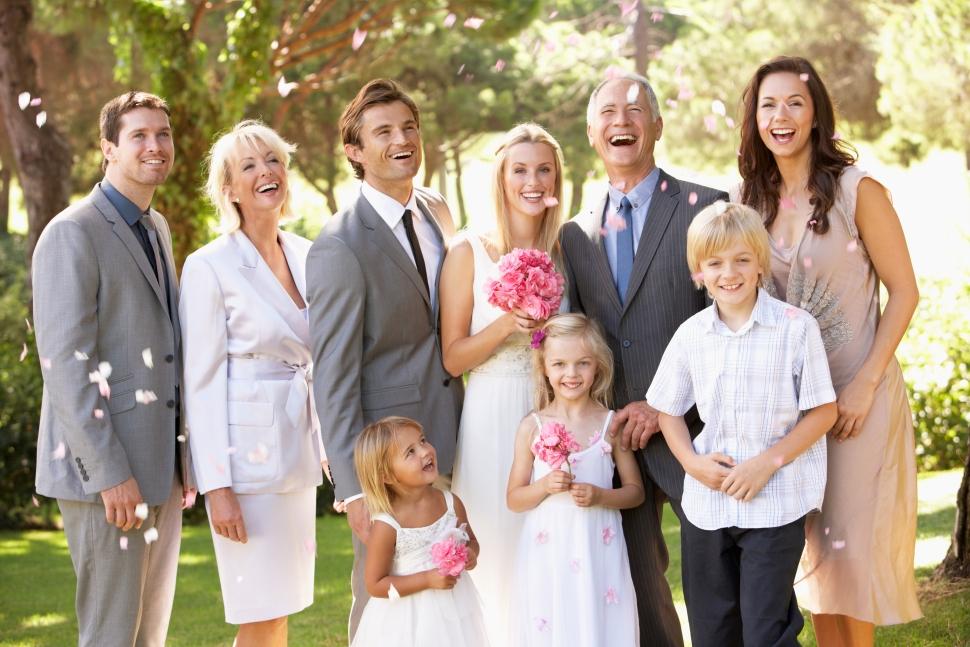 家族そろって結婚式の記念写真