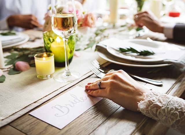 結婚式の食事風景