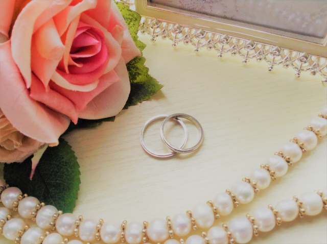 結婚式のために用意した指輪と真珠のネックレス