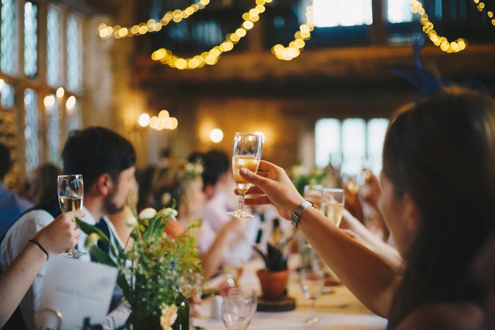 友人のみを招いた披露宴での乾杯の瞬間