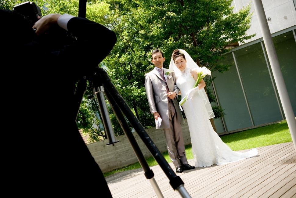 スレンダーラインドレスを着る花嫁