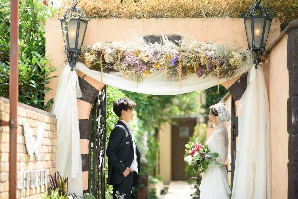 結婚式場エントランスに立つ新郎新婦