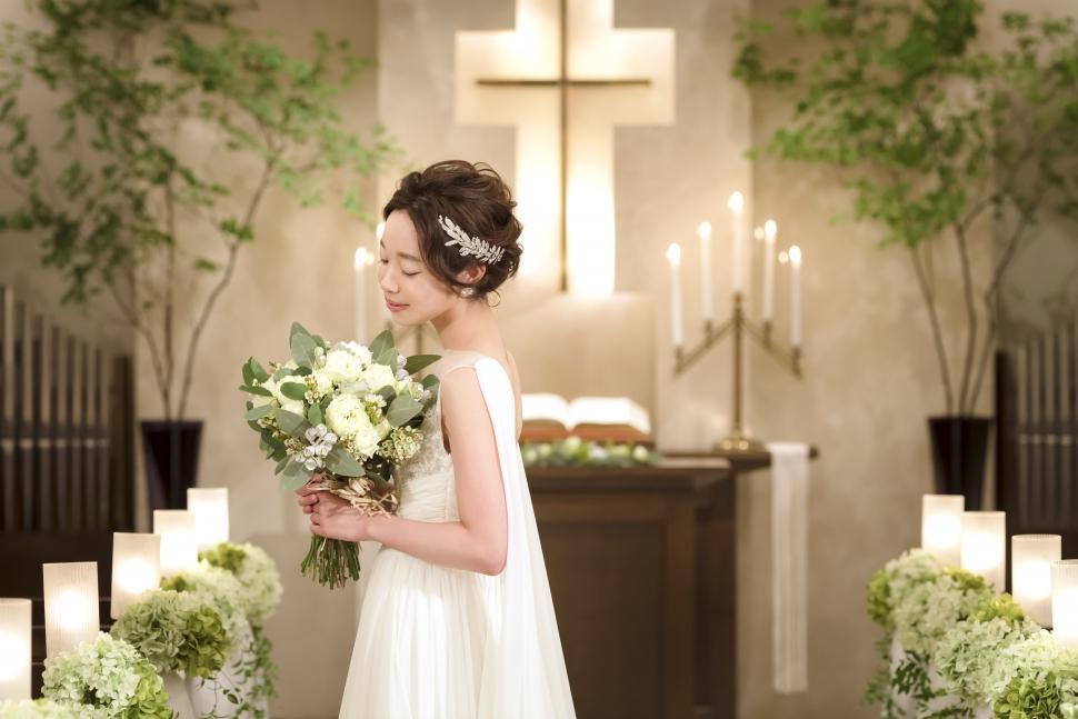 チャペルで撮影をする花嫁