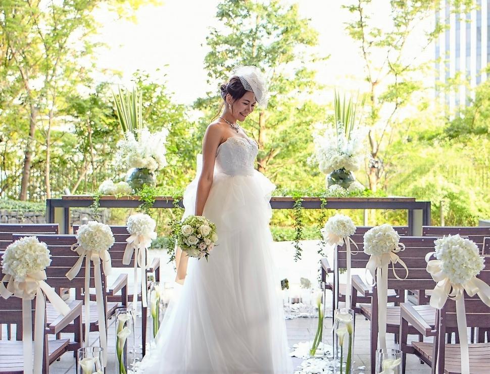 ルビージャックスのテラスで写真を撮る花嫁