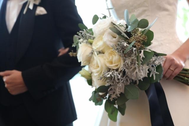新郎にエスコートされるブーケを持った花嫁