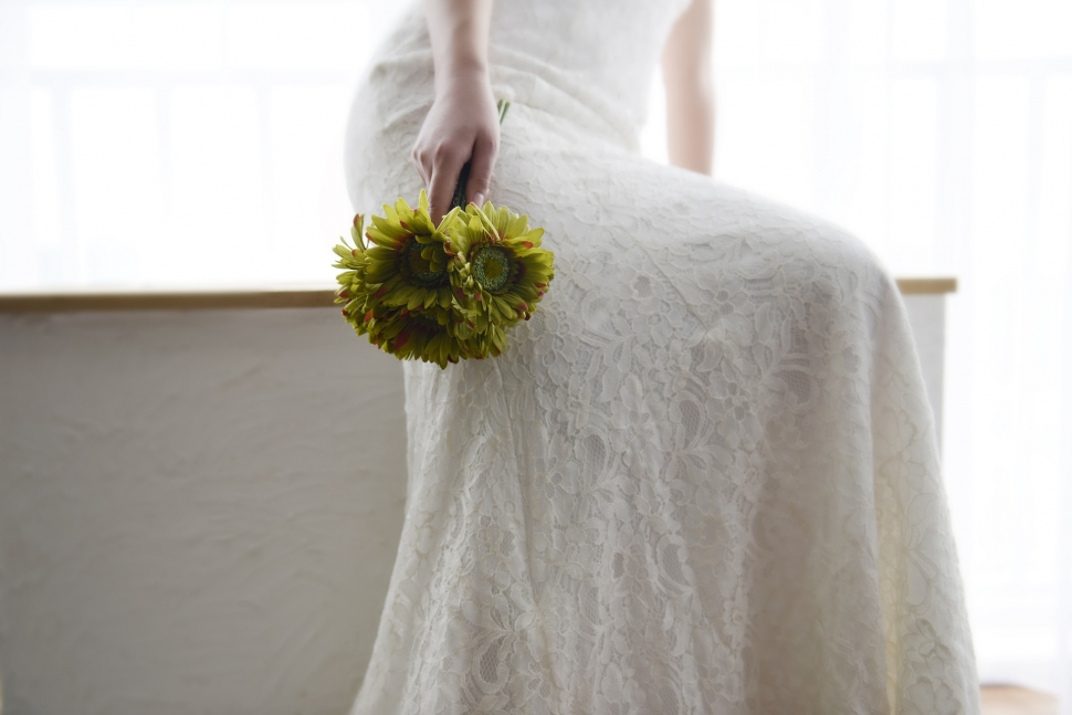 シンプルなドレス姿の花嫁