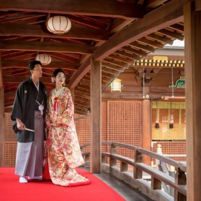 神社で結婚式を挙げる新郎新婦