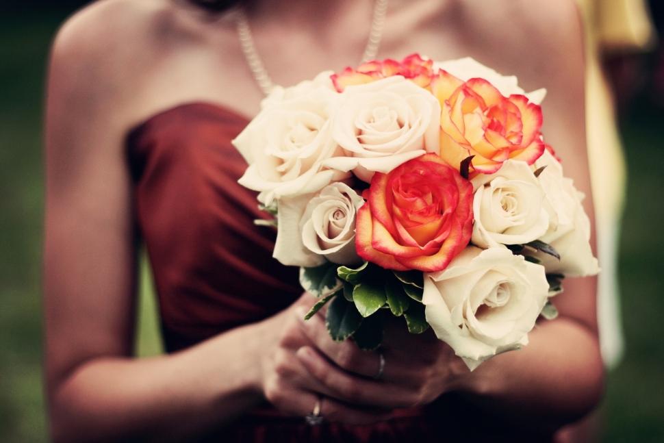 赤色のカラードレスを着た花嫁