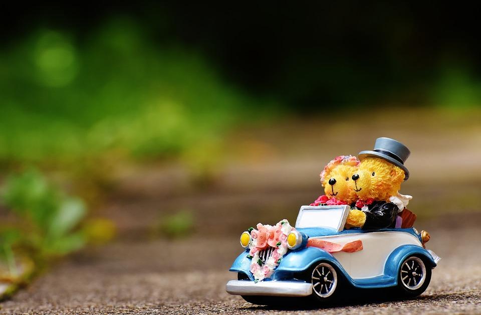 車に乗った新郎新婦の人形